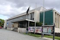 Dům kultury vyvěsil černou vlajku na počest Karla Gotta