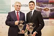 Ceny za vítězství převzal z rukou  Milana Štěcha, předsedy Senátu Parlamentu České republiky, Michal Kadera (vpravo), vedoucí vnějších vztahů společnosti ŠKODA AUTO.