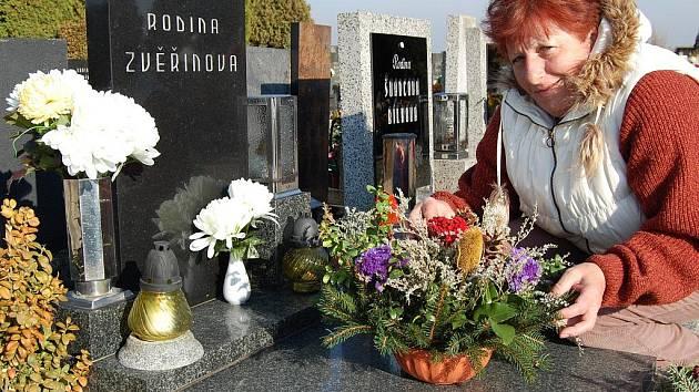 Alena Tobiášová si výzdobu na hrob vyrábí sama.