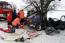 Řidič Škody Fabia naboural na zasněžené vozovce do stromu na silnici mezi Beznem a Horním Cetnem na Mladoboleslavsku.