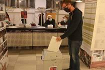 Volební místnost v 8. základní škole v Mladé Boleslavi.