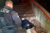 Strážníci u opilého muže, který byl později agresivní vůči zasahujícímu lékaři záchranky.