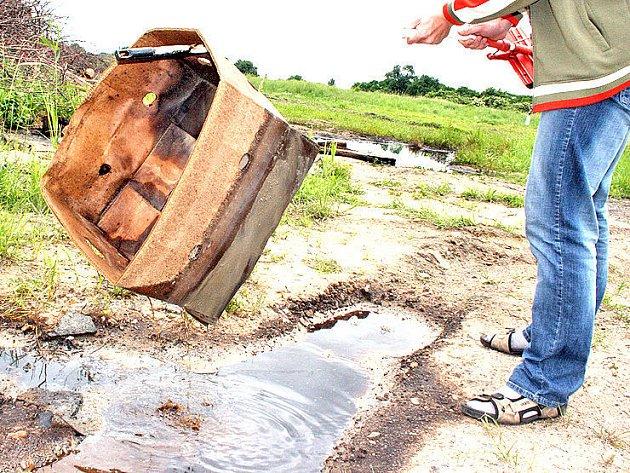 Kaluže černého oleje a skládka odpadu – tak to včera vypadalo na místě bývalého zalužanského statku u Mladé Boleslavi.