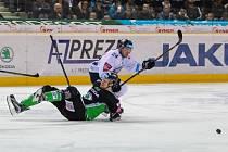 Utkání 52. kola Tipsport extraligy ledního hokeje se odehrálo 3. března 2017 v liberecké Home Credit areně. Utkaly se celky Bílí Tygři Liberec a BK Mladá Boleslav. Na snímku zleva Tomáš Urban a Filip Pyrochta.