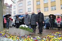 Zástupci města kladou věnce k pamětní desce na náměstí Republiky.