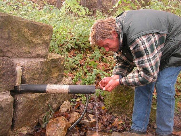 Ve špatně udržovaných zdrojích může být voda kontaminovaná. To není případ skupinového vodovodu Mladá Boleslav, kde už není ani nutné chlorovat.