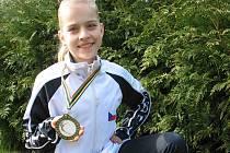 EVA BERANOVÁ ukazuje medaili, kterou si přivezla z Mistrovství světa twirlingu a mažoretek z Itálie.