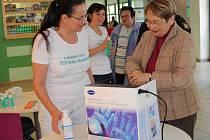 Hygienička nemocnice Ludmila Chalašová ukazuje Iloně Maternové správnou techniku mytí rukou