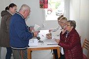 """Buňka je lepší než karavan. """"Jak pro nás, tak pro voliče,"""" řekla stálá členka volební komise v Chrástu u Mladé Boleslavi na adresu podoby volebního místa."""