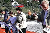 Přestřižení pásky na novém dobrovickém hřišti