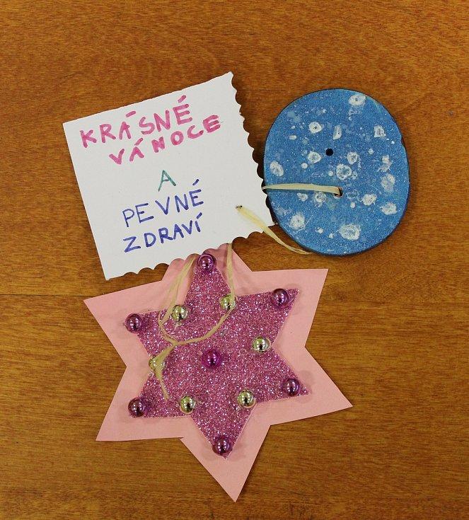 Bakovská knihovna spolu s dětmi ze základní školy udělala dobrý skutek pro seniory ubytované v domově s pečovatelskou službou (DPS). Společně jim vyrobili knoflíky pro štěstí.