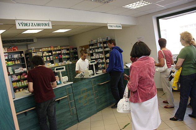Poplatky vám už neproplatíme, hlásá nově cedule v krajské lékárně v Mladé Boleslavi.