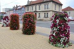 Květinové sloupy v ulicích Mladé Boleslavi.