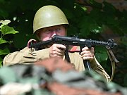 Spolek přátel vojenské historie Sever 2013 předvedl v sobotu v Dobrovicích v areálu bývalé fary vojenskou ukázku.