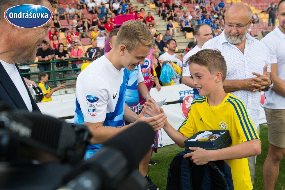 Finále Ondrášovka Cupu pro devítileté v Příbrami ovládla Mladá Boleslav (v modrém). Ceny předával i slavný Jan Matoušek