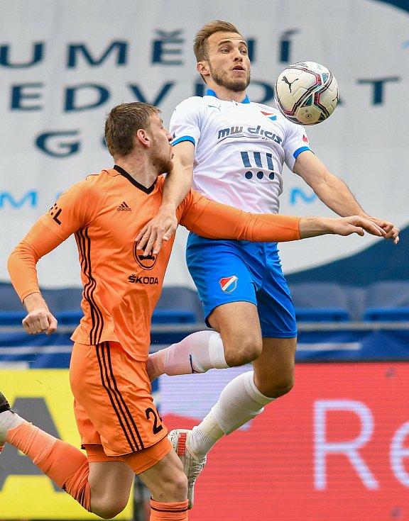 Fotbalisté Baníku Ostrava (v modro-bílém) v duelu 28. kola FORTUNA:LIGY s Mladou Boleslaví (2:1). U míče Nemanja Kuzmanović.