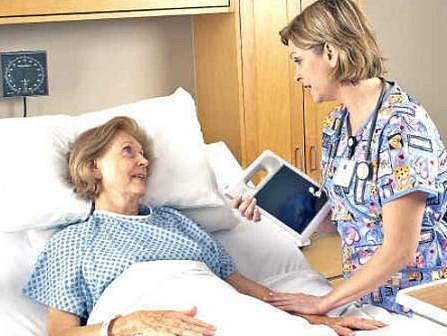 U PACIENTKY. Zdravotnice zaznamená nové údaje o pceintce rychle a snadno do počítače.