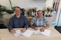 Generální manažer mladoboleslavského klubu Tomáš Pacák (vlevo) při podpisu memoranda o spolupráci s předsedou Orky Michalem Novotným.