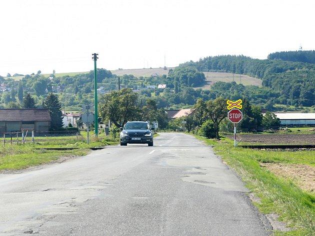 Nechráněný železniční přejezd u Kolomut