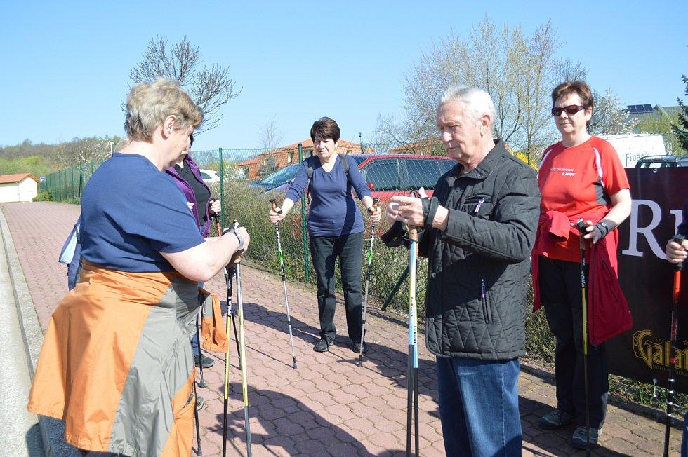 HOLE na Nordic Walking do rukou, rychlá instrukce, jak je správně používat a téměř dvacítka seniorů z Kosmonos mohla vyrazit na výlet.
