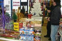 Prodej pyrotechniky chlapcům školou povinným.