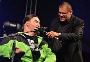 Mladý muž na vozíku nikdy neztratil chuť do života, a i v nelehké životní situaci se pustil do hudby. Začal rapovat.