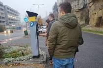Fronta na parkovací automat na Ptácké ulici