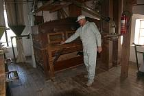 Mlynář Josef Valenta u jednoho z nejstarších strojů v mlýnici.