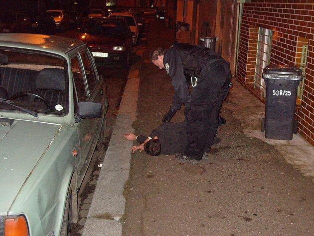 Alkohol muži podlomil při cestě domů nohy přímo na ulici.