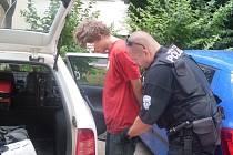 Mladík, který osahával ženu v paneláku, skončil na policii