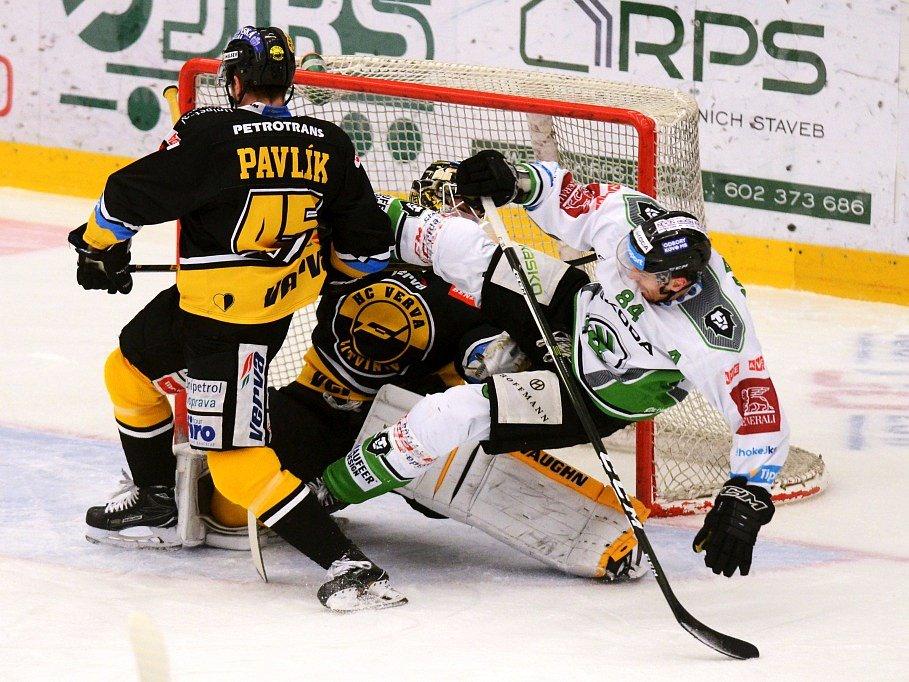 Lukáš Pabiška marně bojuje před brankou Januse, Boleslav doma nestačila na Litvínov (3:6).