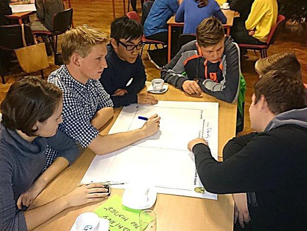 STUDENTI v budově Klubu debatovali o tom, co zlepšit v Mnichově Hradišti.