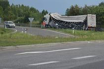 U Hradiště havaroval kamion, silnici zasypala piva