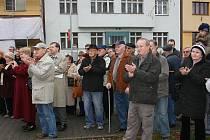 Desítky lidí přišly 17. listopadu na náměstí Republiky.