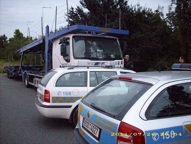 Kamion museli strážníci zablokovat služebním autem.