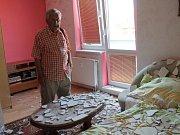 Karel Gärtner ve svém poničeném bytě