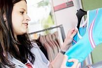 Kupování hadříků jsou hlavně u dam oblíbenou náplastí na špatnou náladu.