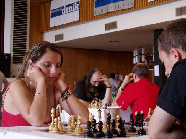 Darina Baloghová (vlevo) se na minárodním šachovém festivalu v Mladé Boleslavi konkurence nezalekla.