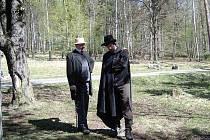 Radek Kotlaba a Petr Matoušek z Divadýlka Novanta na dlani v Debři u Mladé Boleslavi v dobových kostýmech na jednom z putování Máchovi v patách