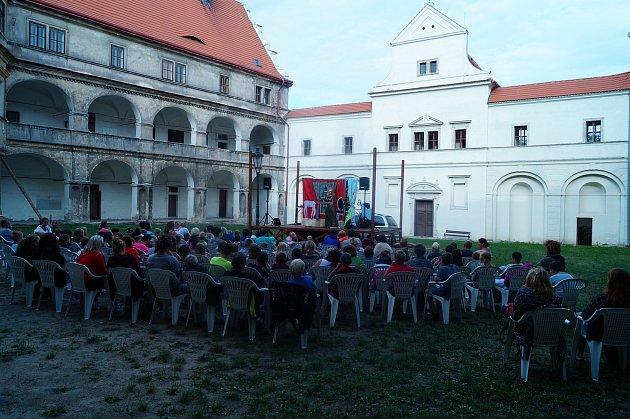 Náměstí zámku vBělé pod Bezdězem. Zdroj: Petra Ondráčková