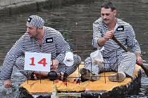 Na Mohelnické neckyádě se setkáte s nejedním kuriózním plavidlem.Jedno řídila i vězeňská posádka.