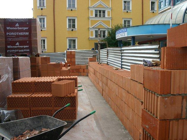 Ještě před pár dny byla stavba na začátku. Dnes už stojí obvodové zdi.