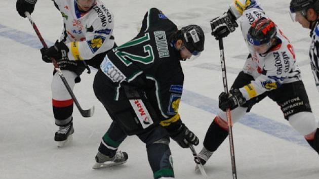 Boleslavský zkušený hokejový útočník Jan Benda (uprostřed).