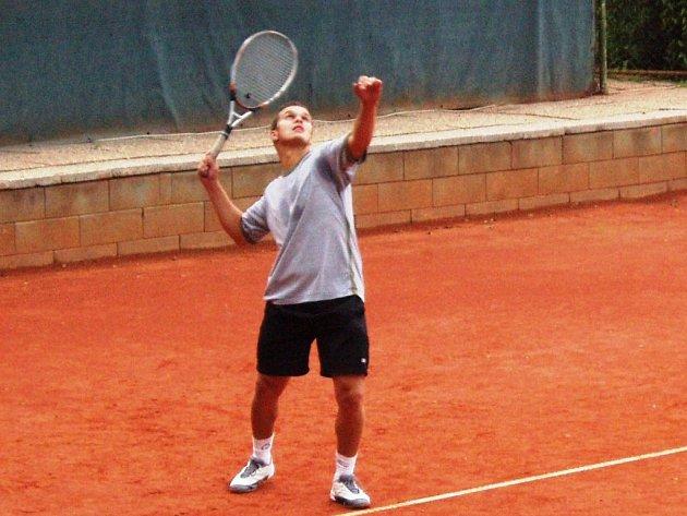 Pavel Kandráč je pravidelným účastníkem tenisové ligy amatérů na Mladoboleslavsku.