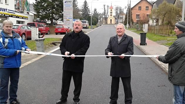 Starosta Petr Hejl otevírá opravenou silnici vedoucí ke kapličce Jana Nepomuckého společně s ředitelem ROP Střední Čechy Václavem Chytilem.