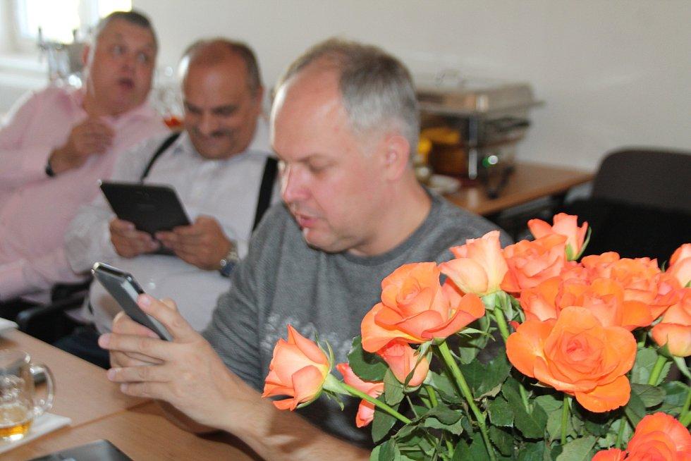 Představitelé mladoboleslavské ČSSD čekali v sobotu odpoledne na výsledky voleb v uvolněné atmosféře ve vile v Bezručově ulici.