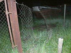 Prostřižený plot u autoopravny