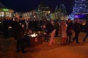Adventní trhy s historicky největší světelnou výzdobou a ruským kolem začaly v Mladé Boleslavi v pátek odpoledne.