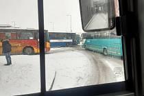 Sníh a dopravní nehoda. Provoz byl v pátek odpoledne v Mladé Boleslavi ochromený. Problém měly i autobusy.