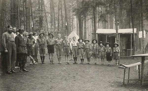 Účastníci skautského tábora vLoučeni vroce 1931.